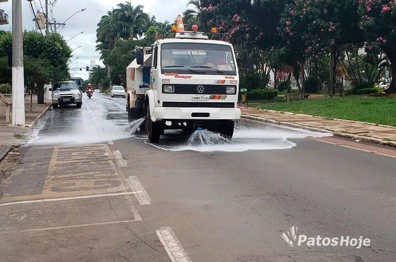 Prefeitura de Patos lava ruas com essência de eucalipto e outros produtos para prevenir Coronavírus
