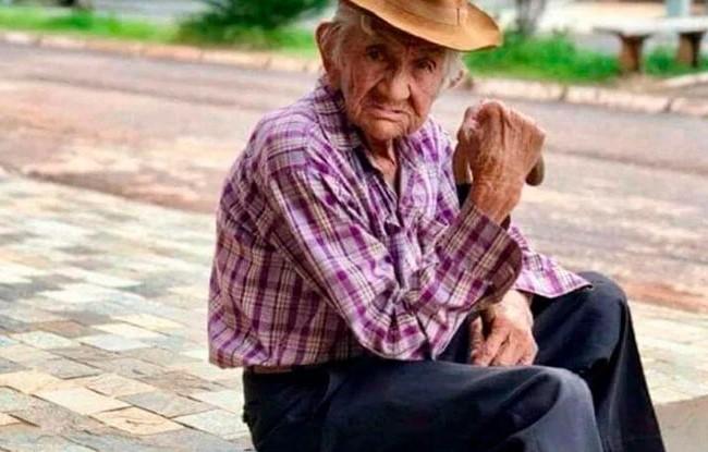 Casal se passa por agentes de saúde e aplica calmante em senhor de 100 anos para furta-lo
