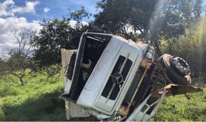 Caminhão tomba após falha mecânica na MGC-354, em Presidente Olegário