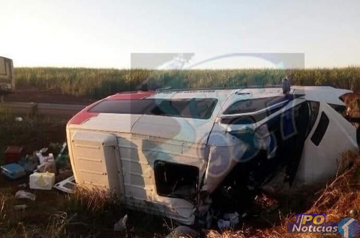Van de Patos de Minas que levava pacientes para Barretos bate em caminhão e deixa um morto e feridos