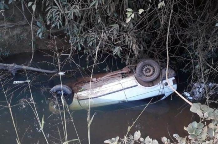 Motorista cai com carro dentro de córrego em estrada que liga Coromandel à Lagamar