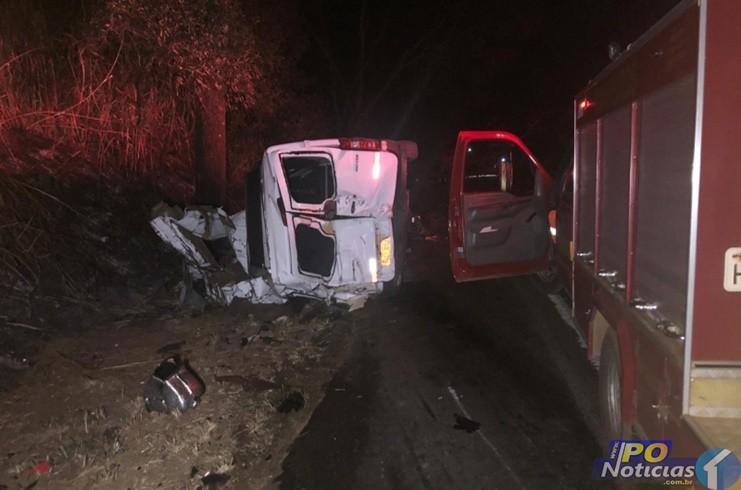 Acidente entre van e caminhão tira a vida de 12 pessoas na BR-365, em Patos  de Minas – Rádio Montanheza