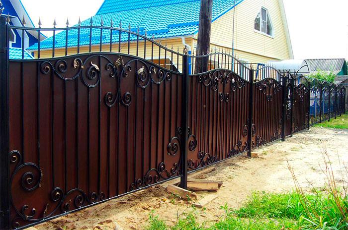 Kombinovaný plot: kování + kov
