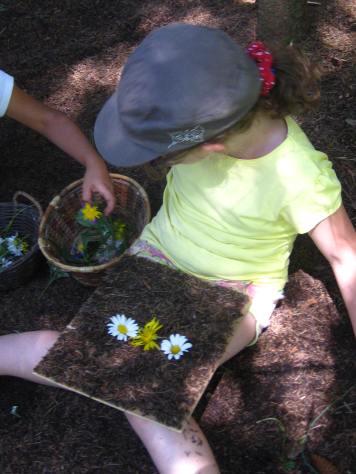 Children creating LandArt at the Jardin des Cimes © montblancfamilyfun