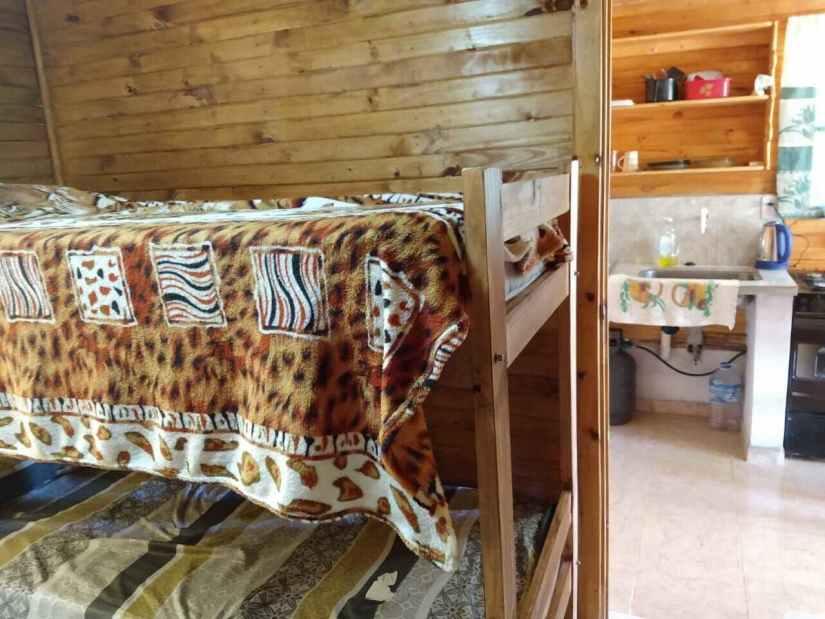 Cocina y cuchetas en Cabaña Termas de Monte caseros
