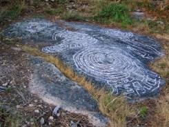 Os petroglifos do Pornedo foron repasados con xiz no verán de 2013. A Policía Local tardou 7 MESES en presentarse no lugar.