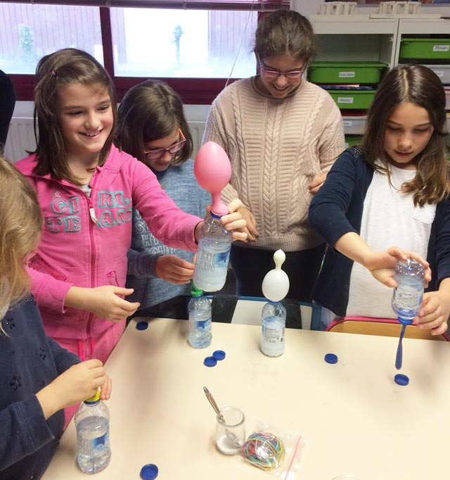 Montessori International Bordeaux : sciences, expérience en chimie. Ballon qui se gonfle.
