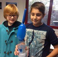 Montessori International Bordeaux : sciences, expérience en chimie. Ballon qui se gonfle.