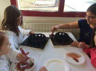 Montessori International Bordeaux : Art fabrication d'un décor de Stonehenge- ombrage avec peinture du socle