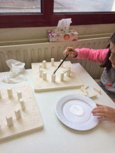 Montessori International Bordeaux : Art fabrication d'un décor de Stonehenge- mégalithes en polystyrène