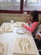 Montessori International Bordeaux : Art fabrication d'un décor de Stonehenge- collage des mégalithes