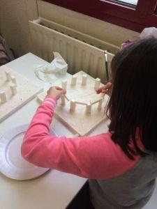 Montessori International Bordeaux : Art fabrication d'un décor de Stonehenge- mise en place des mégalithes