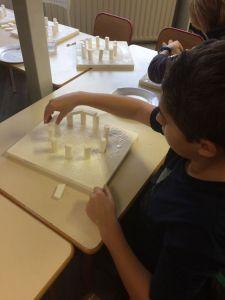 Montessori International Bordeaux : Art fabrication d'un décor de Stonehenge- mise en place des pierres