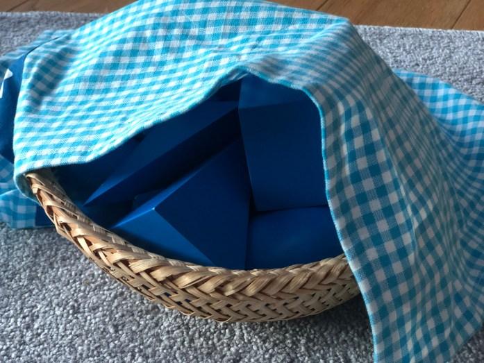 Montessori geometrické telesá stereognostický košík