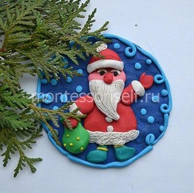 Santa Claus boleh digantung di atas pokok Krismas