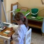 Flicka målar.