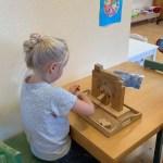 En flicka som byggt en valvbro