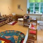 Förskolan med hyllor fyllda med Montessorimaterial.