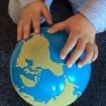 Ett barn som håller en jordglob
