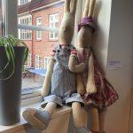 Två Maileg-dockor i förskolans fönster