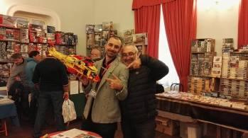 Il presidente Pro Loco ALessandro Chimenti ed il referente provinciale UNPLI Vietti Giuseppino che si intrattengono con uno dei modelli dinamici della mostra Aretium Model Contest