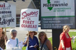 Les Amis de la Forêt Ouareau manifestent