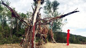 La sculpture de Yan MacDonald au Lac Noir dans la Forêt Ouareau