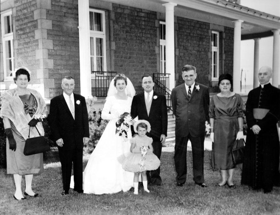Mariage devant l'ancien presbytère
