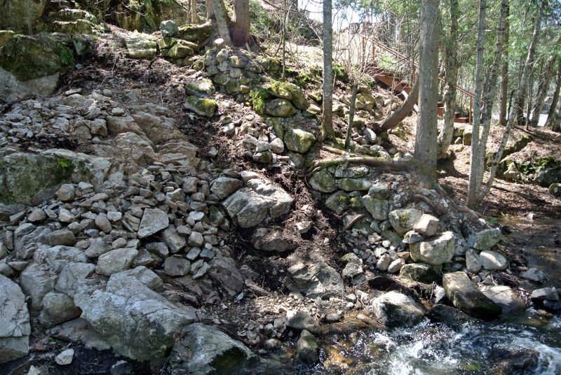 Un mur adossé au rocher