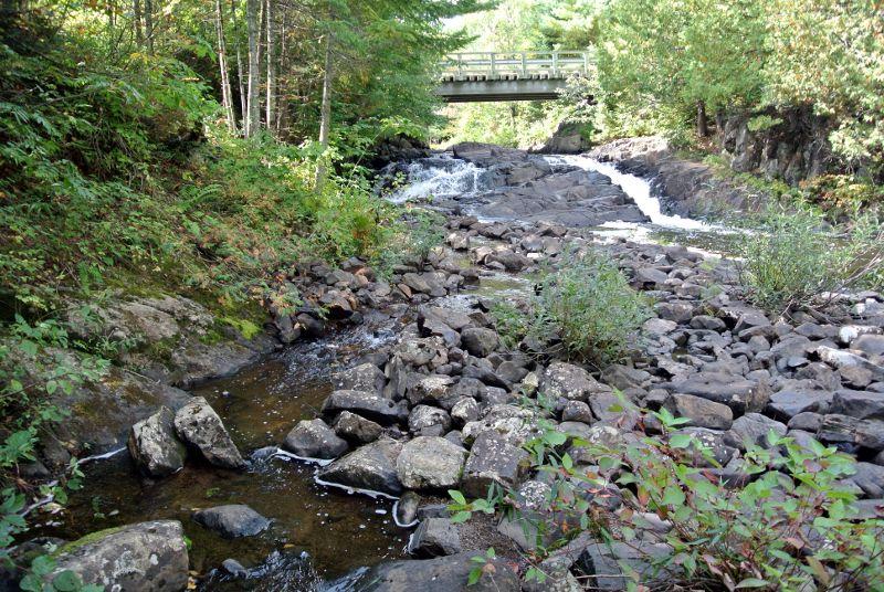 La chute a été modifiée pour amener l'eau aux moulins