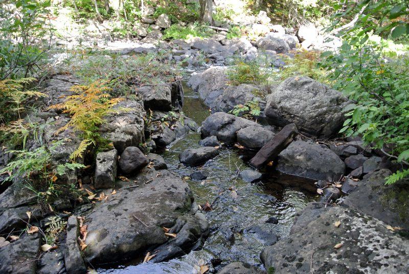 Canal de dérivation creusé dans le rocher