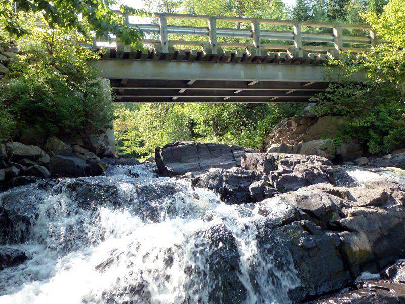 Le rocher modifié de la cascade