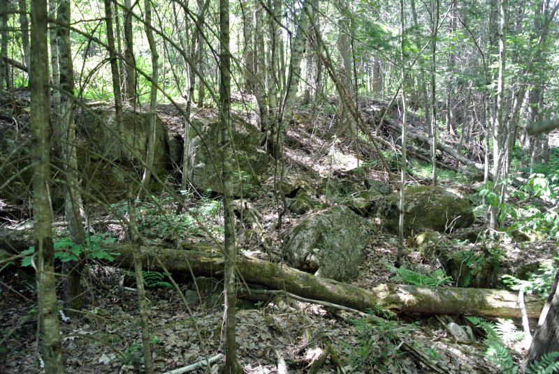 L'ancienne chute asséchée, on y trouve les mêmes pierres