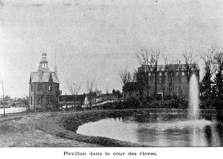 Pavillon dans la cour des élèves