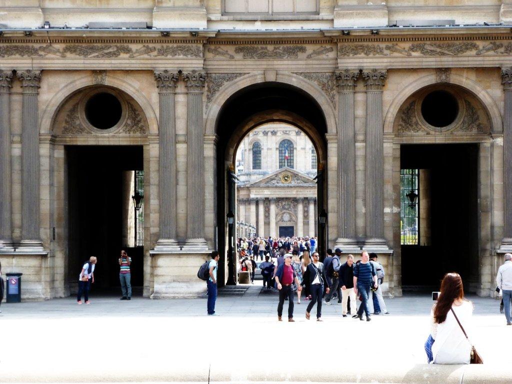 Le pont des Arts vu de la cour du Louvre