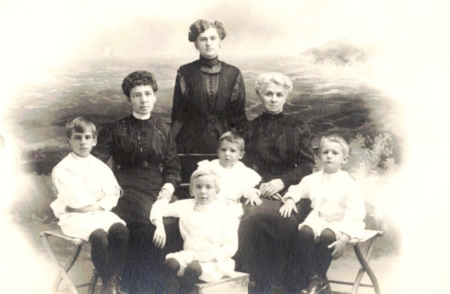 Old Orchard: Grand-maman Plamondon, Maman, tante Delisle, les quatre garçons