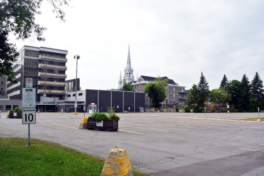 La cathédrale vue de la promenade