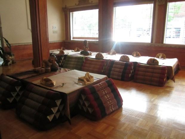 Traditional Seating. Restaurant Thailande. Photo Esther Szeben.