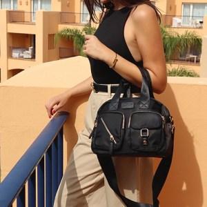 mujer con bolso de nylon negro