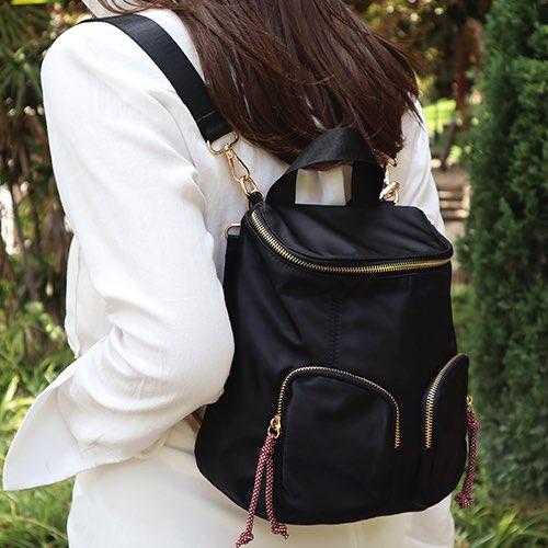 mujer con mochila de nylon multiposición