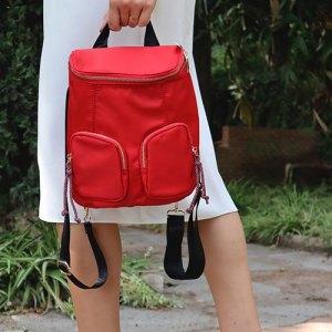 mujer con mochila de nylon roja