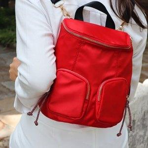 mochila de nylon roja puesta