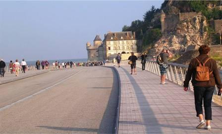 Descente du pont-passerelle sur l'esplanade