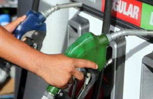 Bajan los precios de los combustibles