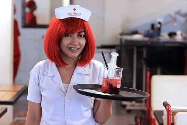 سرنجة وكيس دم ..هي أواني تقديم الطعام في مطعم إندونيسي