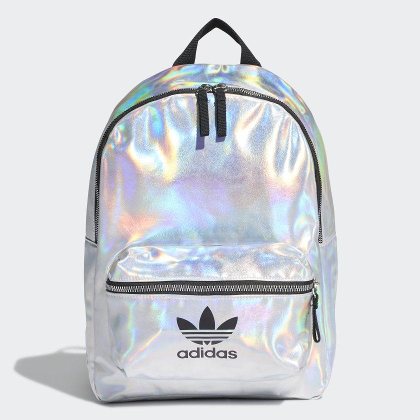 Mochila gris metálico iridiscente de Adidas.