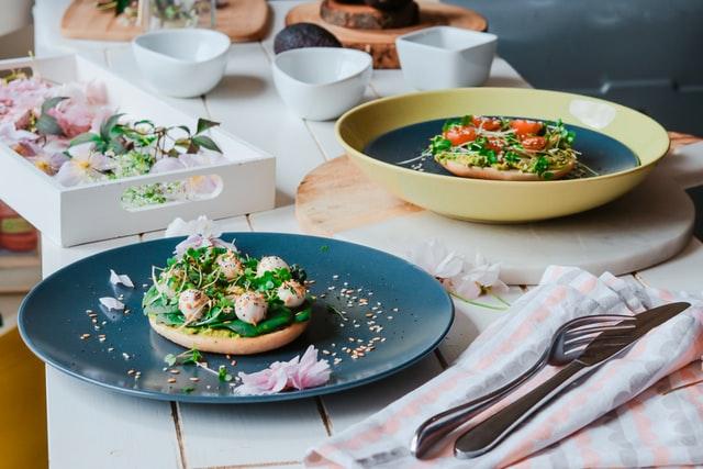 cocinando ricos platos con flores