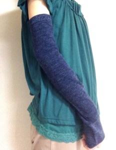 紺色のアームカバー装着例