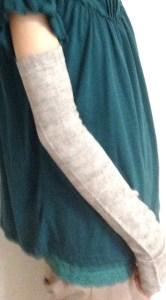 ベージュ色の長いアームカバー装着例