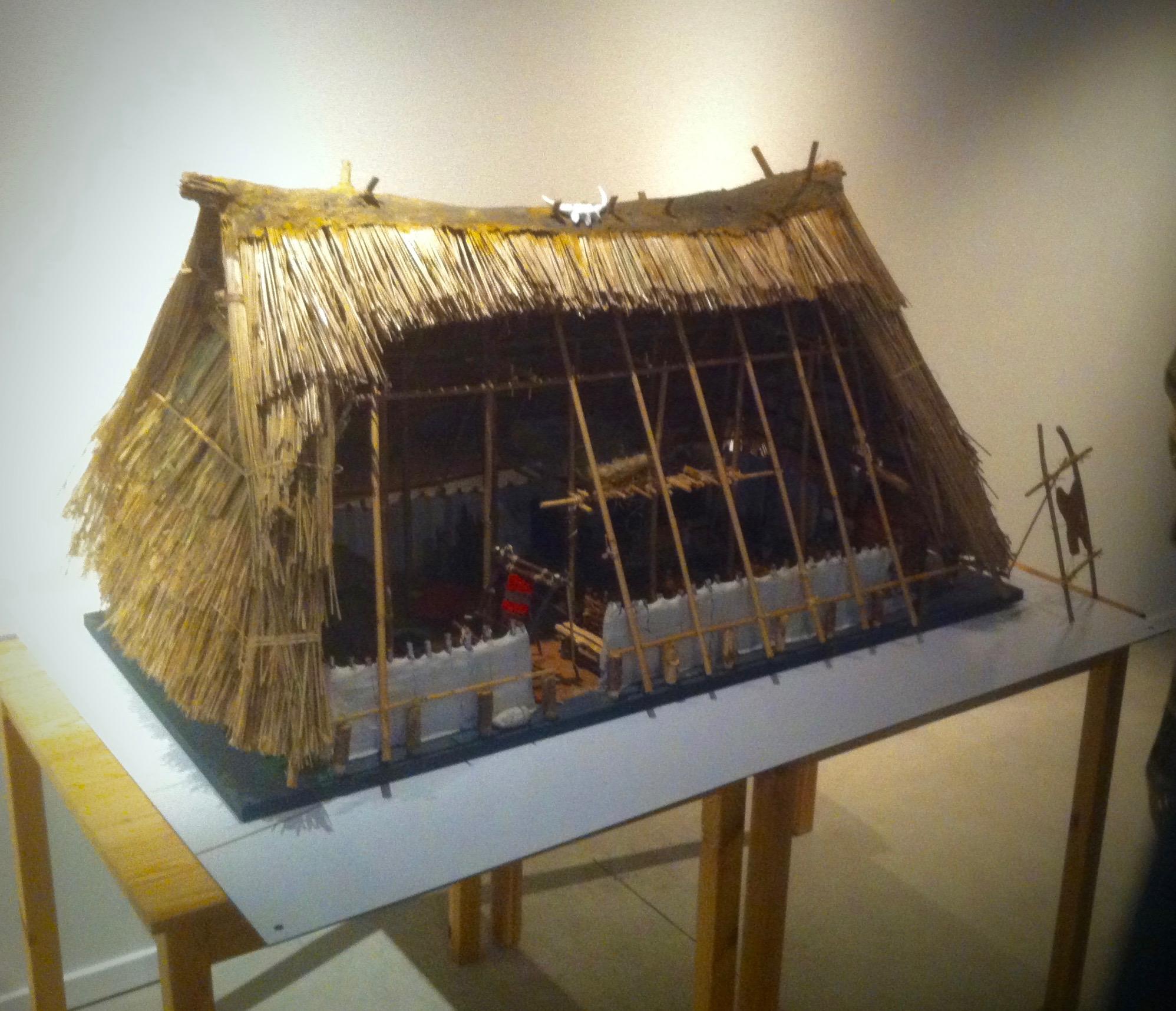 Maquette van een middeleeuws woonstalhuis op de tentoonstelling in Ezinge.